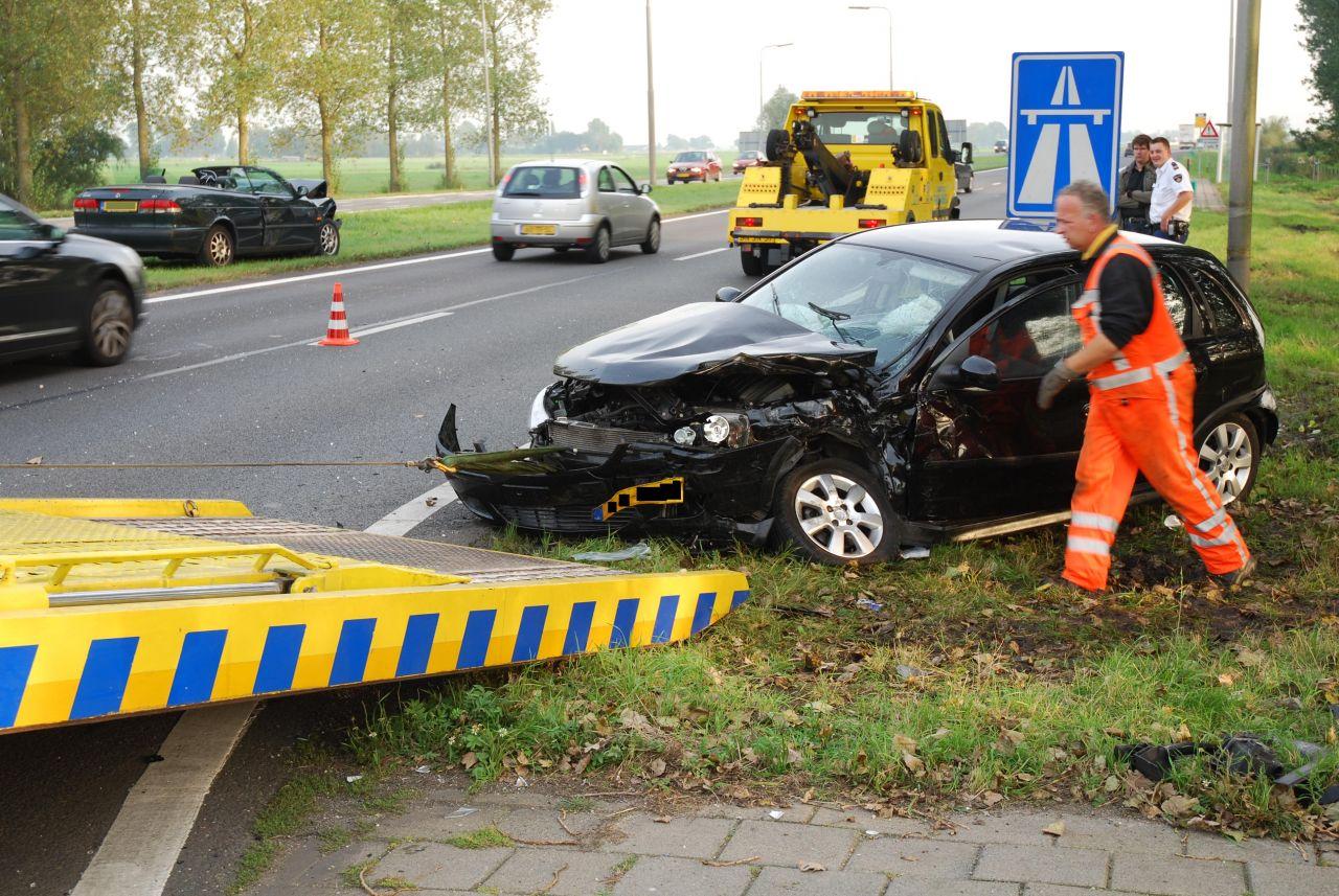 Auto ramt verkeerslicht na aanrijding