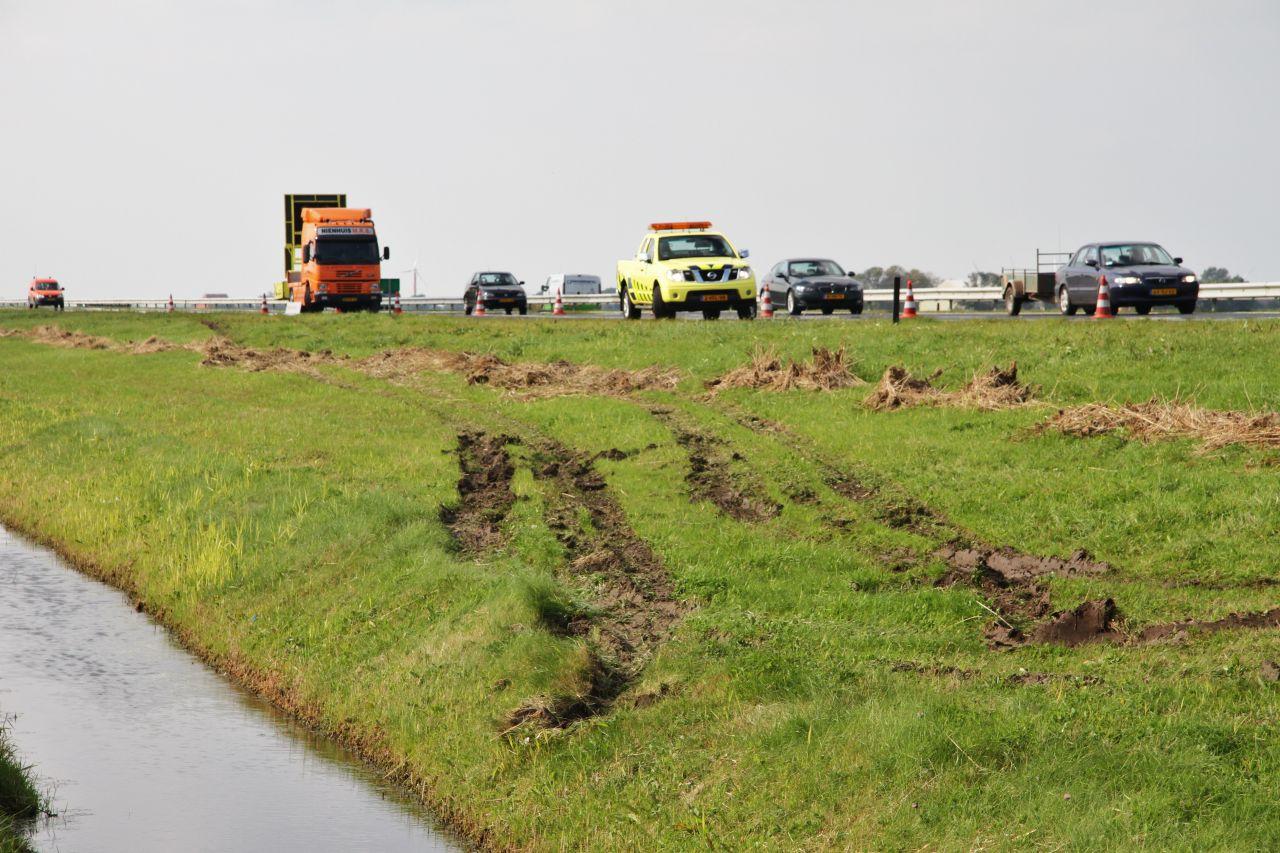 Vrachtwagen bijna in de sloot