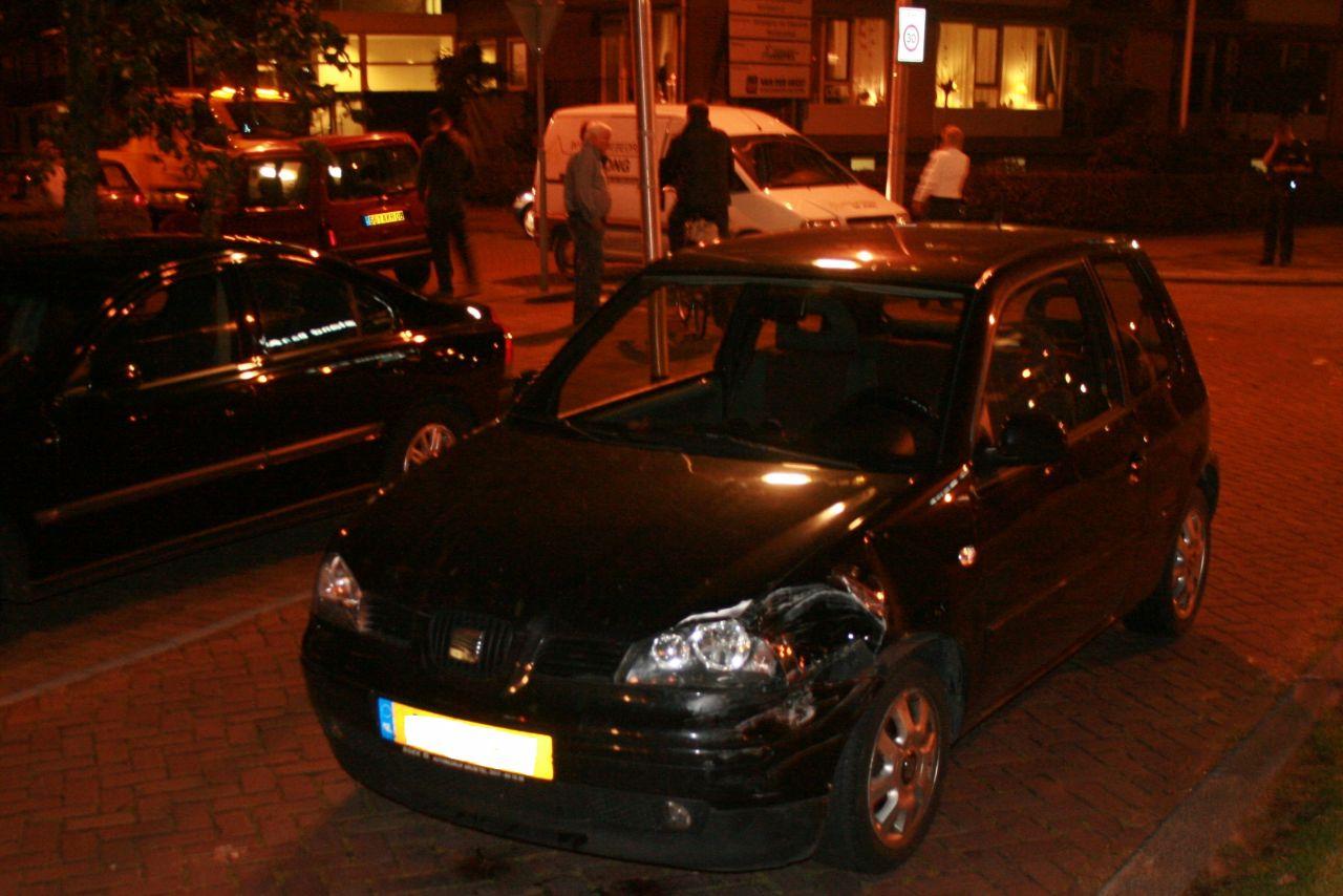 Auto rijdt door na botsing met geparkeerde auto