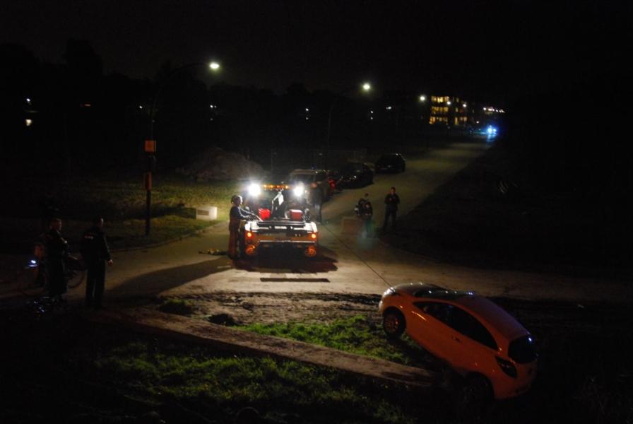 Auto in de sloot na keren op de weg