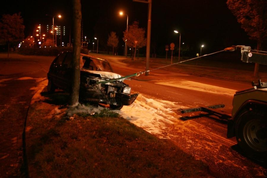 Auto in brand na botsing met boom