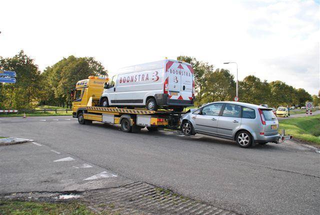 Frontale botsing met busje en auto