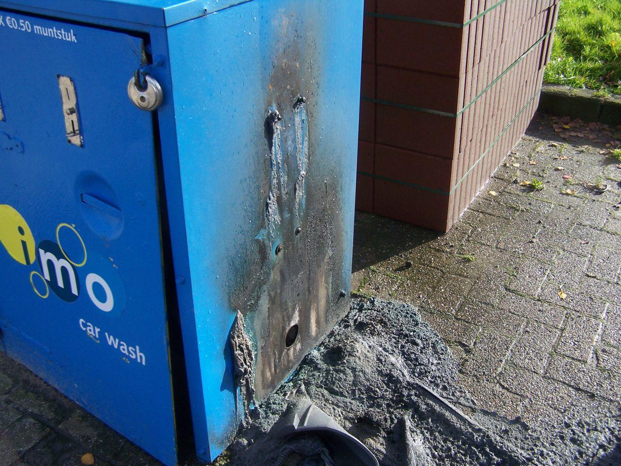 Plastic bak in brand bij wasserette