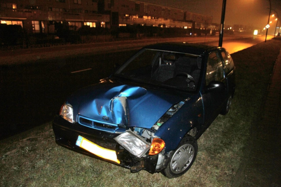 Auto tegen lantaarnpaal