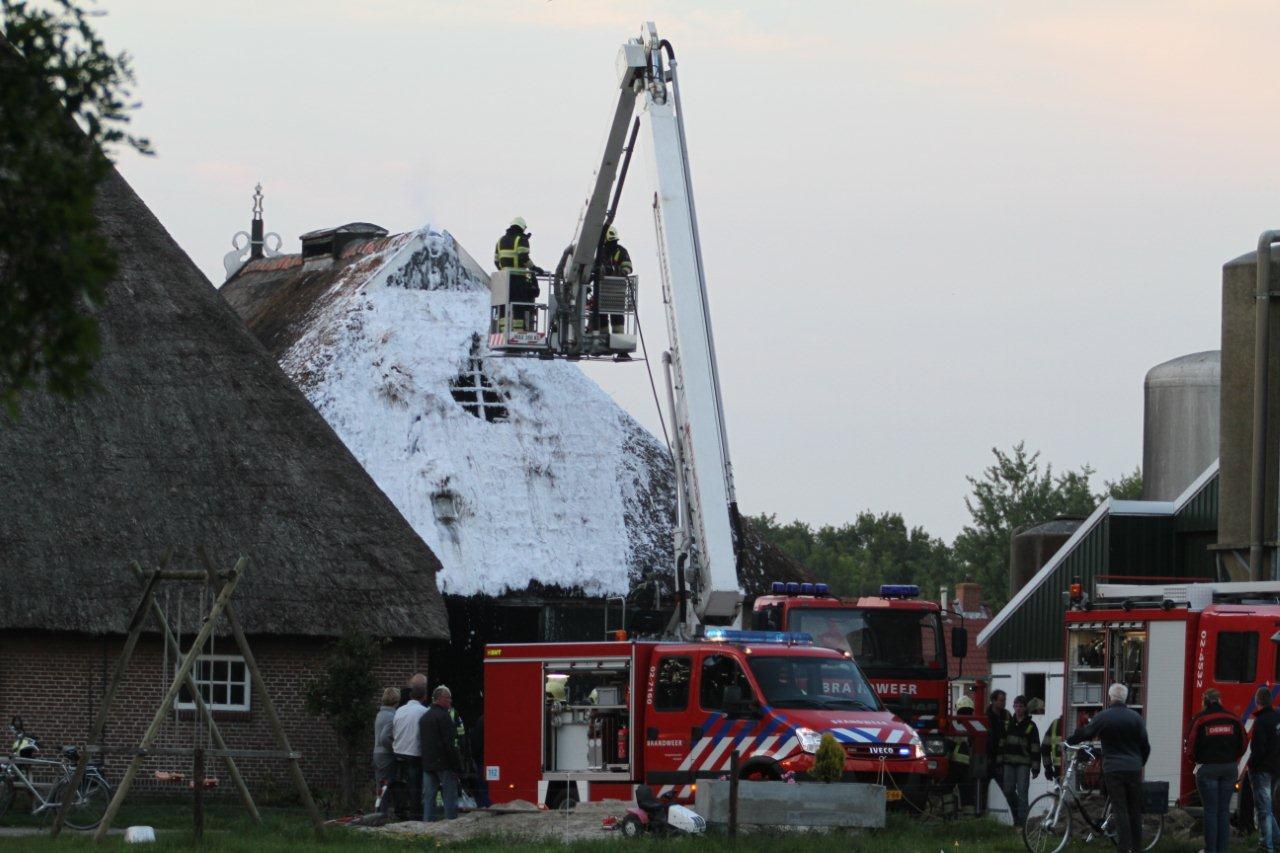 Rieten kap van boerderij in brand