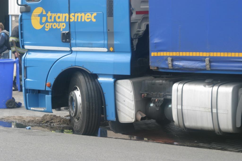 Vrachtwagen lekt diesel