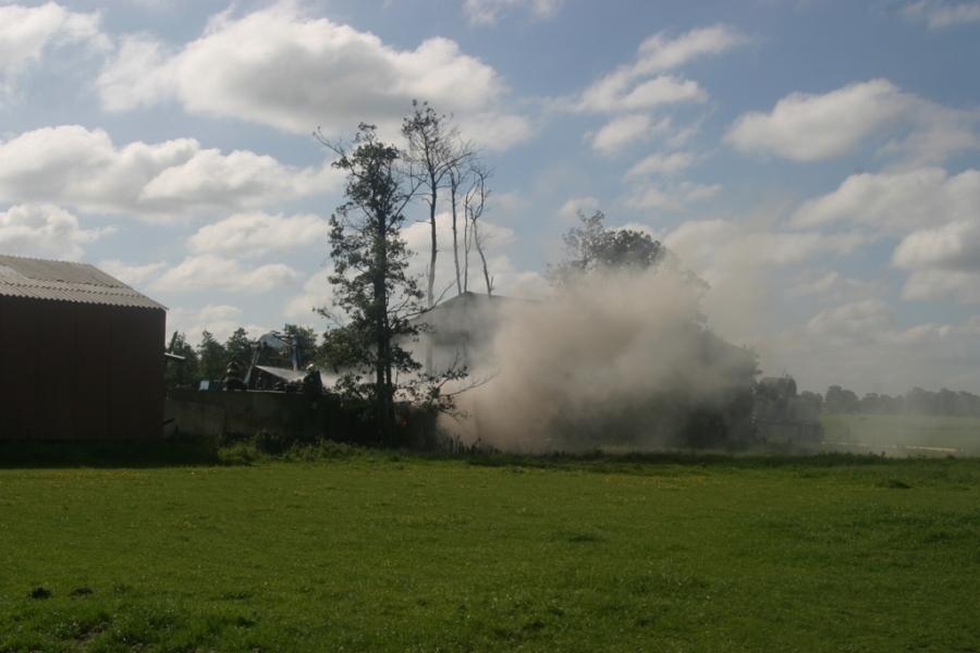 Flinke rook bij buitenbrand