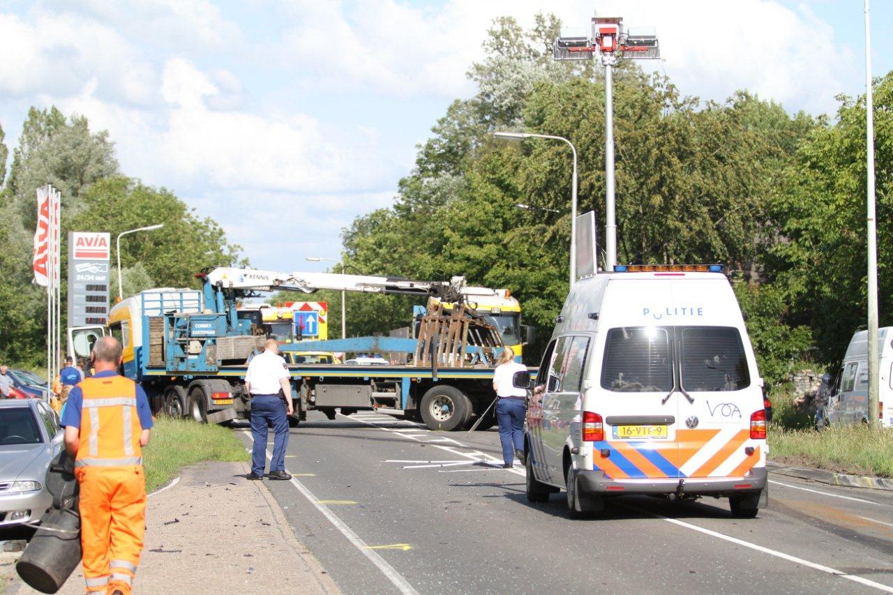 Auto frontaal in botsing met vrachtwagen