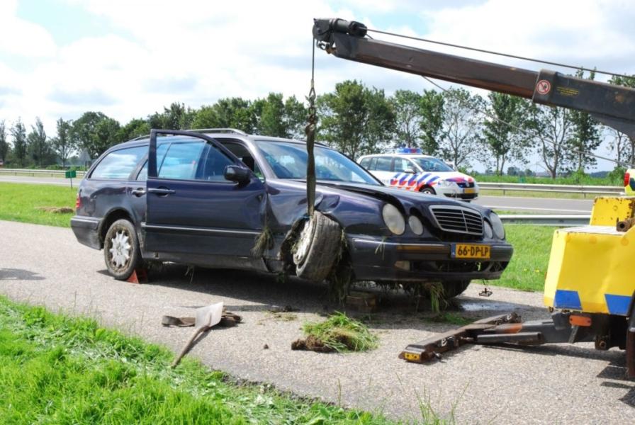 Mercedes raakt van de snelweg