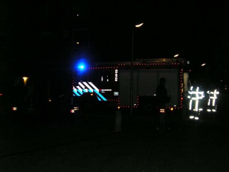 Container in brand naast flat