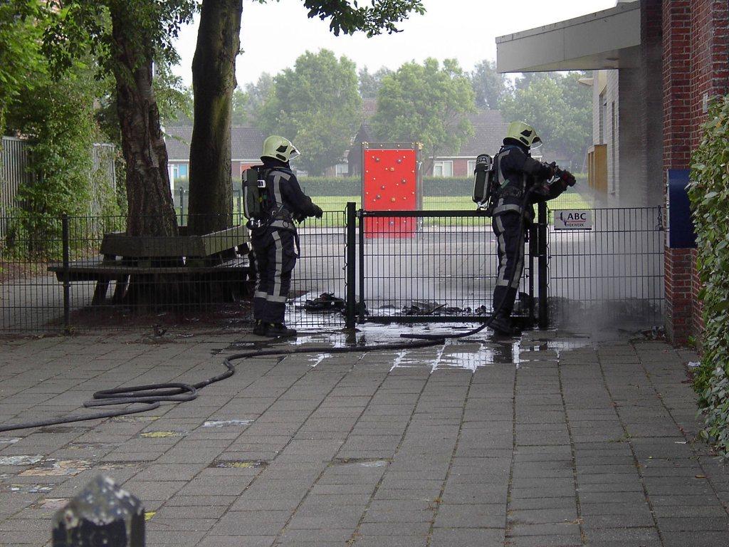 Containerbrand naast schoolgebouw