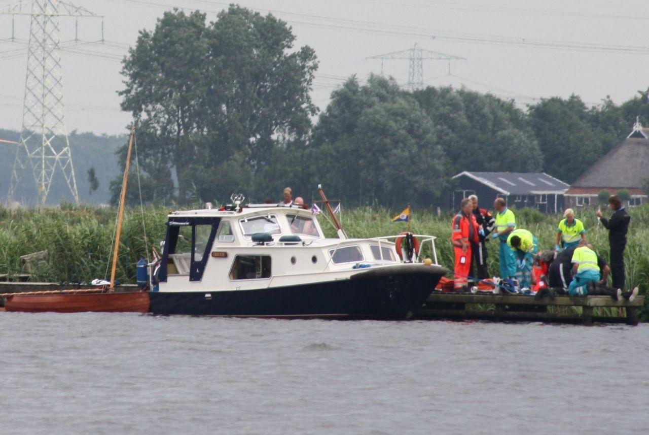 Massale hulpverlening voor omgeslagen zeilboot
