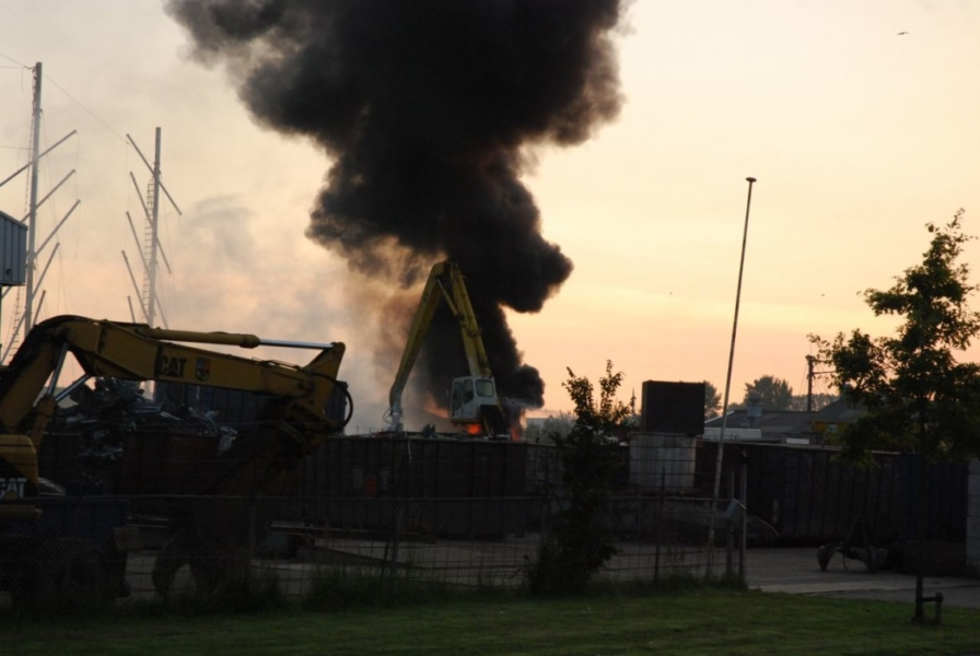 Forse containerbrand op sloopterrein
