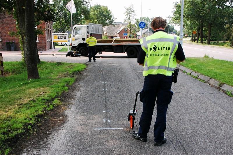 Bromfietser in botsing met vrachtwagen