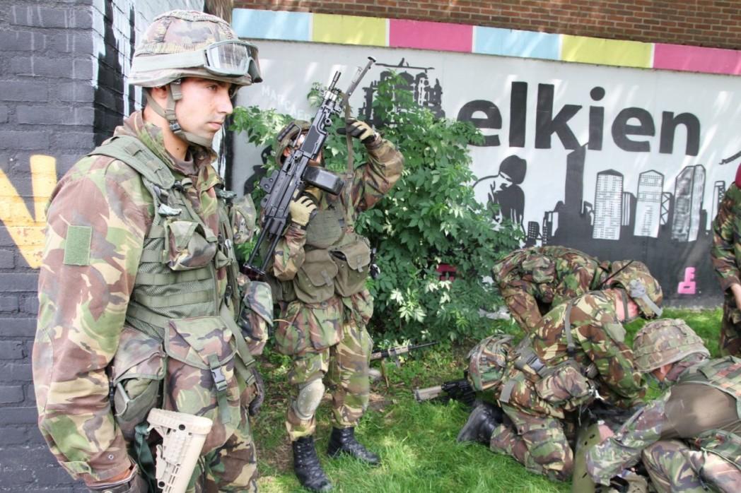 Luchtmobiele brigade oefent in flat