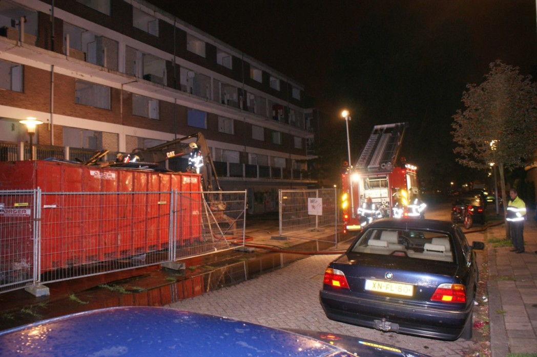 Bouwafval container in brand