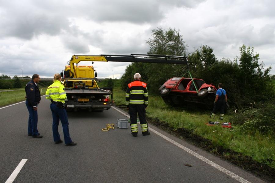 Auto op zijkant na eenzijdig ongeval