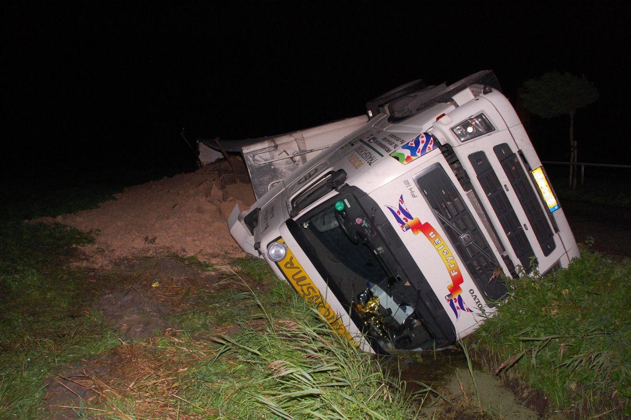 Vrachtwagen gekanteld bij Oudwoude
