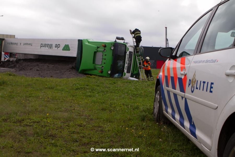 Brandweerinzet voor gekantelde vrachtwagen