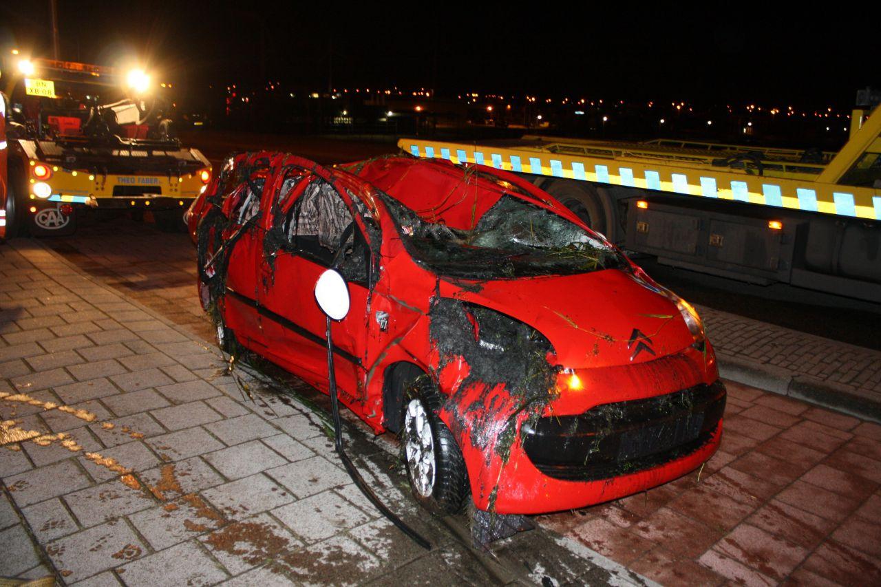 Auto rijdt van viaduct : drie gewonden