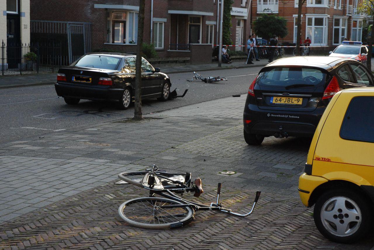Twee jonge fietsers geschept door auto
