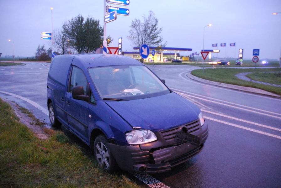 Auto in flank geramd