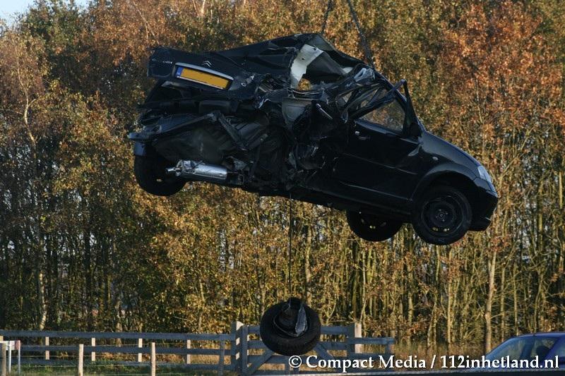 Vrachtwagen botst achterop auto: A32 gestremd