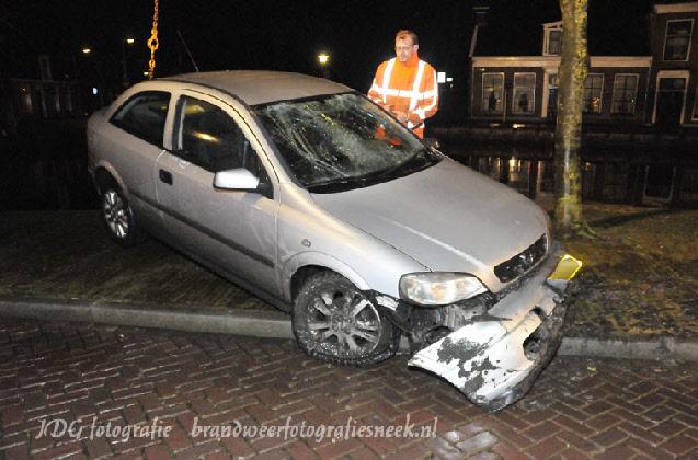 Beschonken man rijdt met auto water in