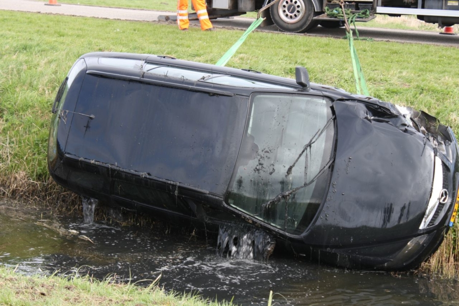 Auto met vier personen op kop in sloot na aanrijding