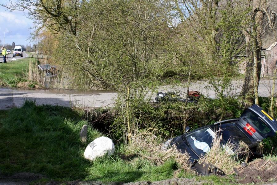 Twee auto's te water bij ongeval