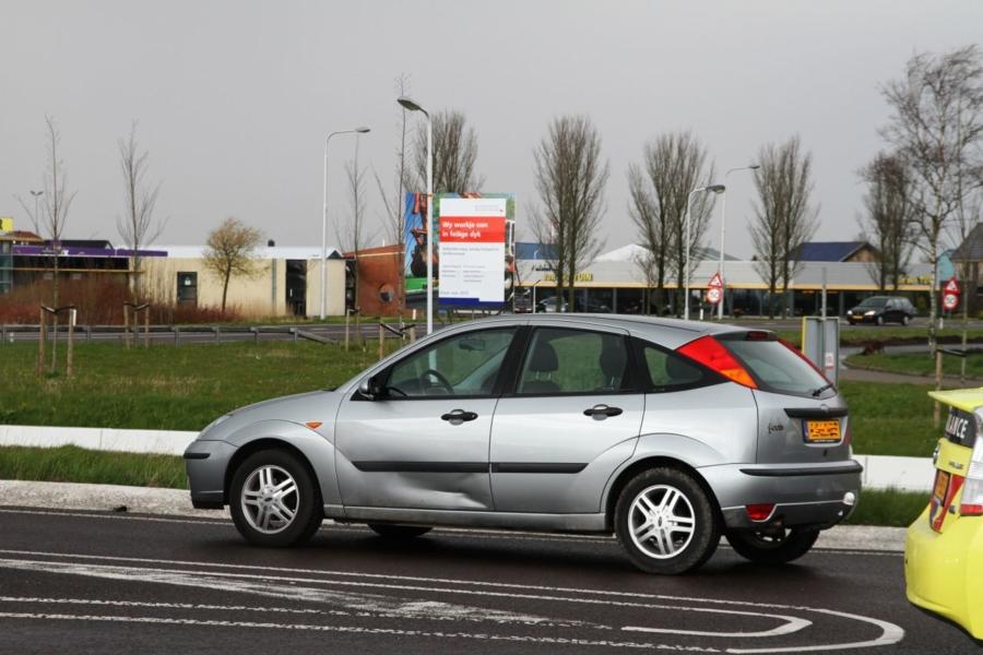 Scootmobiel rijdt tegen auto aan