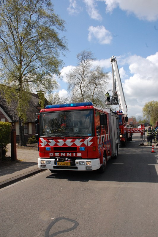 Brand in rieten dak snel onder controle