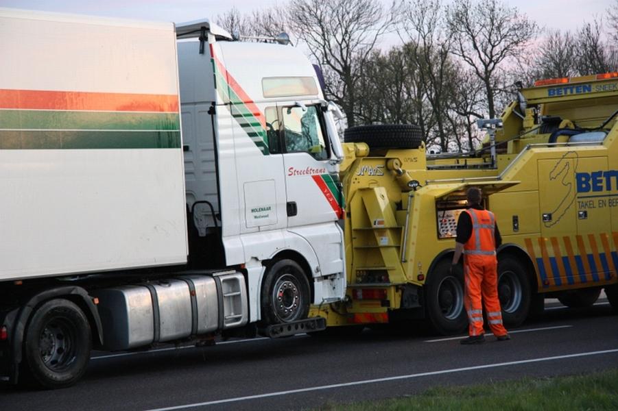 Vrachtwagen raakt in de sloot op de N7