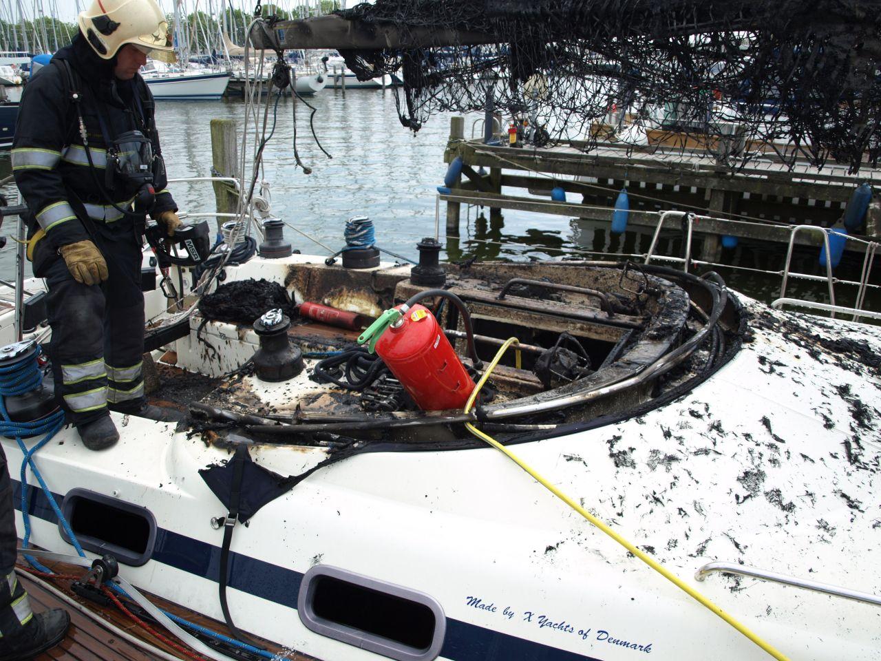 Luxe zeilboot grotendeels uitgebrand