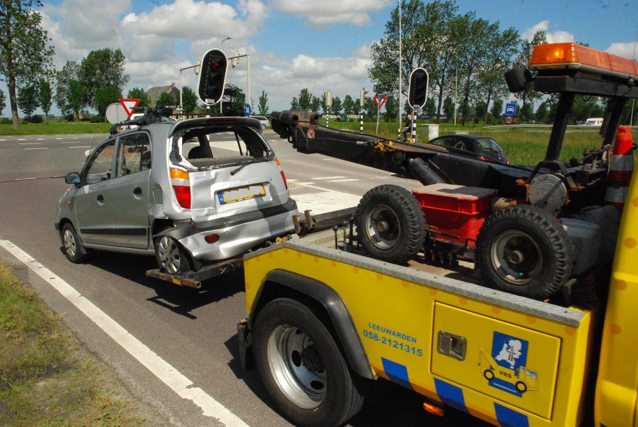 Vrachtwagen en auto botsen