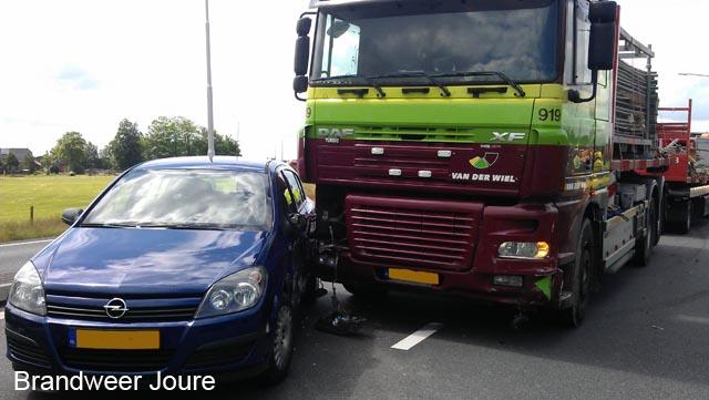 Auto en vrachtwagen botsen