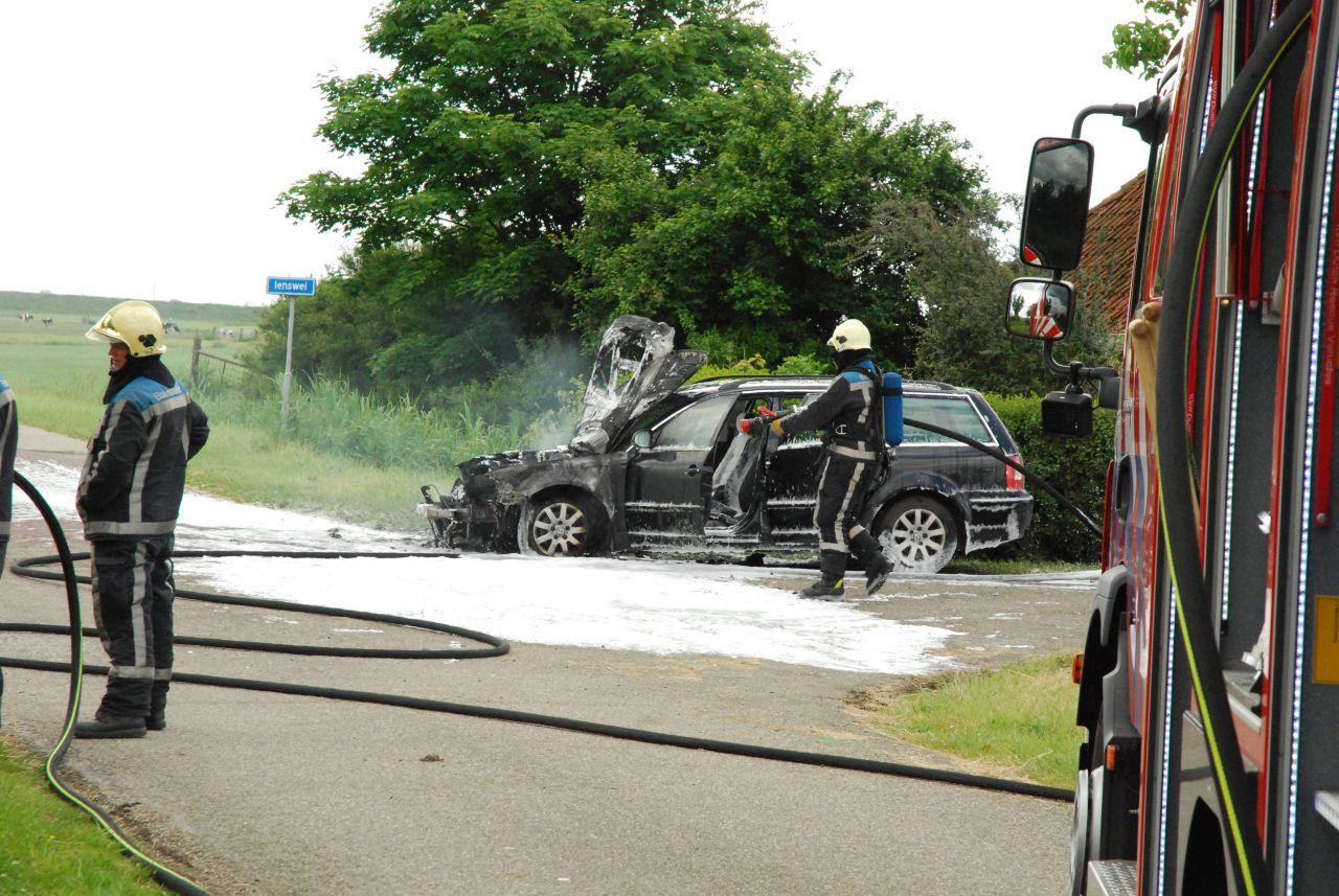 Motor van auto verwoest door brand
