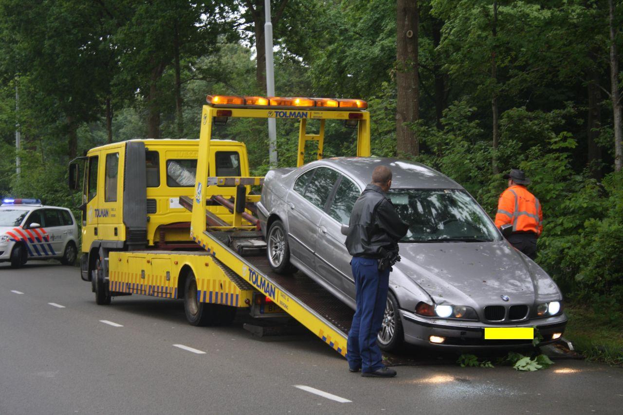 Auto belandt in struiken