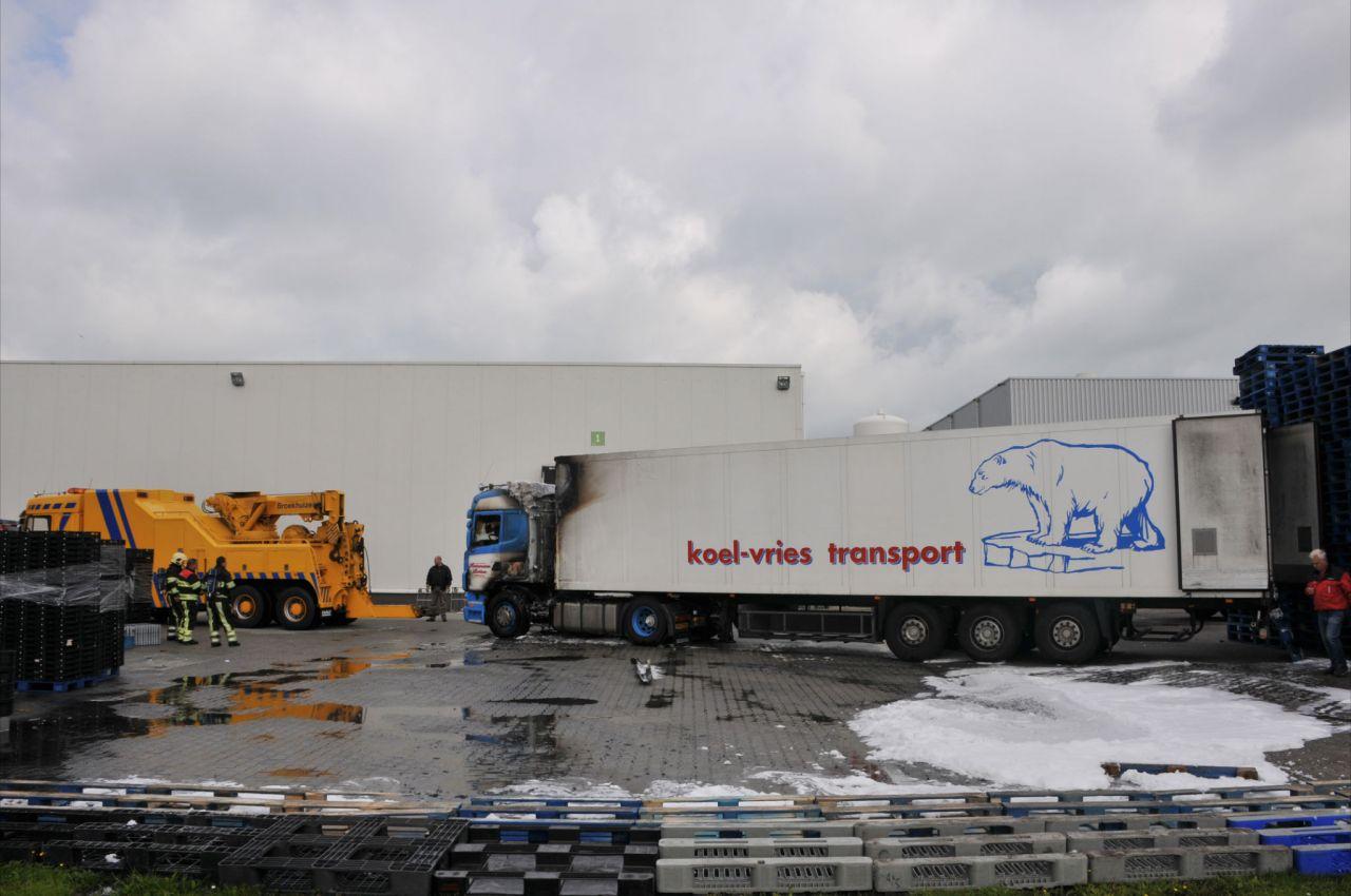 Truck en koeltrailer zwaar beschadigd door brand