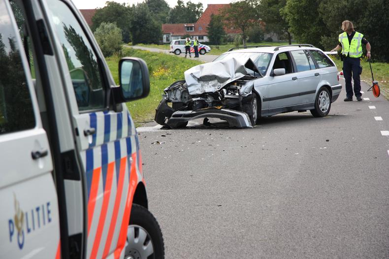 Auto in de sloot bij frontaal ongeval