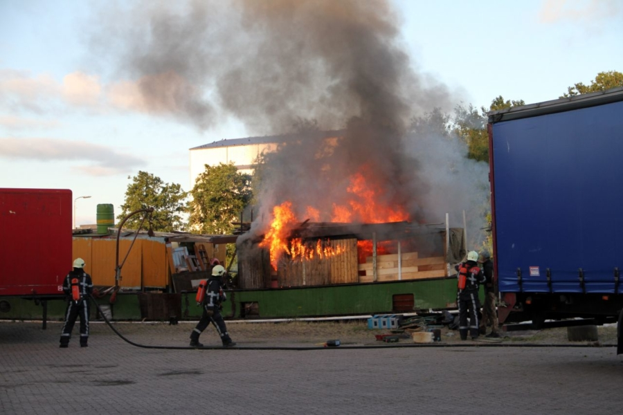 Houten opbouw van schip in brand