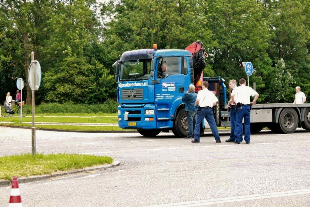 Voetganger onder vrachtwagen