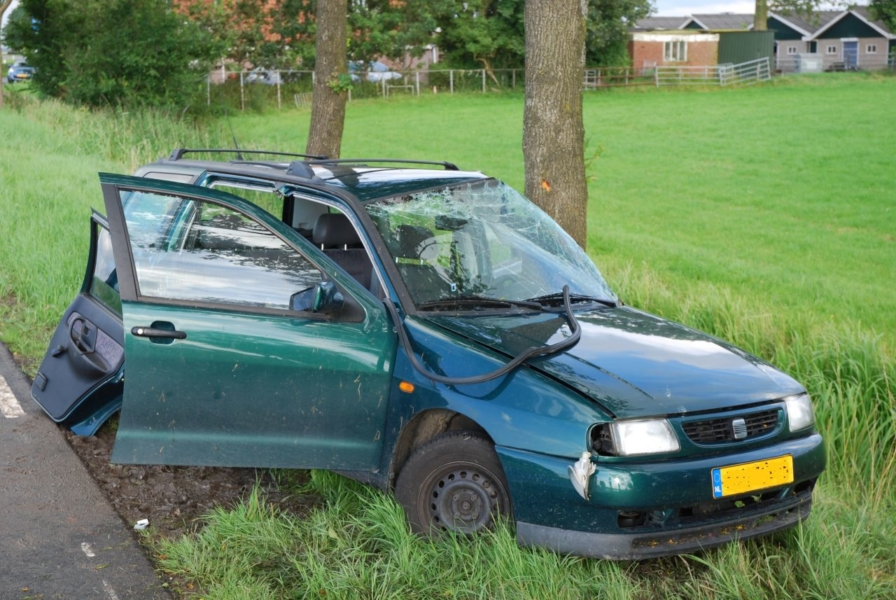 Eenzijdig ongeval: auto tegen boom