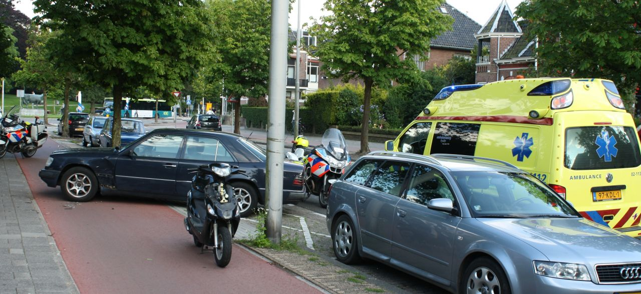 Scooter en auto botsen op fietspad