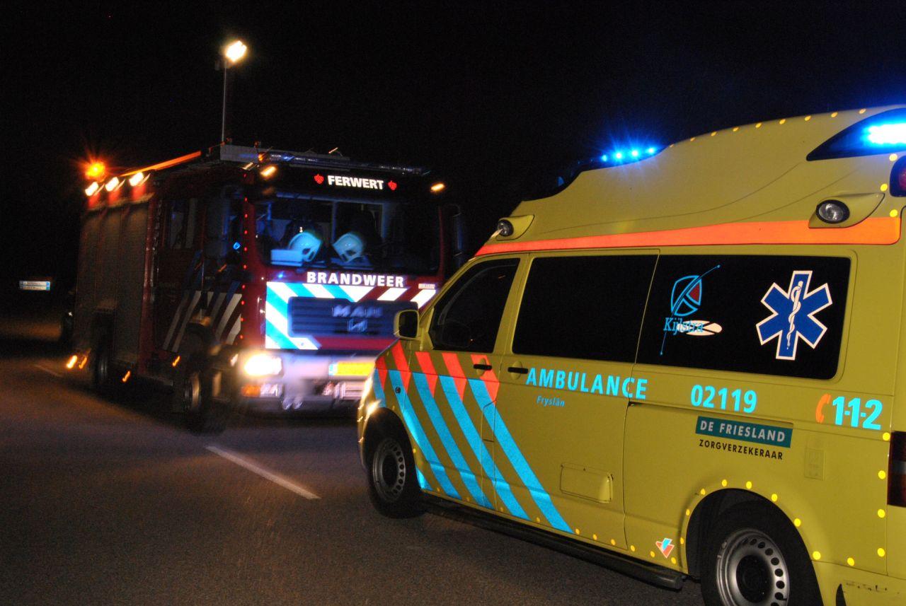 Auto beland in sloot na botsing met verkeerspaal