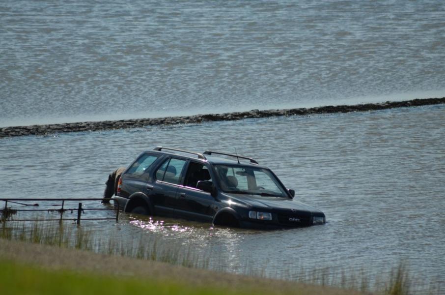 Auto uit zee gehaald