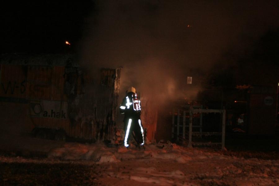 Gasflessen in bouwkeet in brand