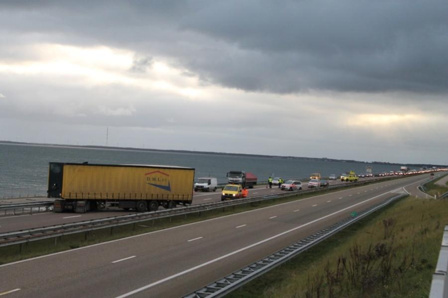 Vrachtauto geschaard op de Afsluitdijk