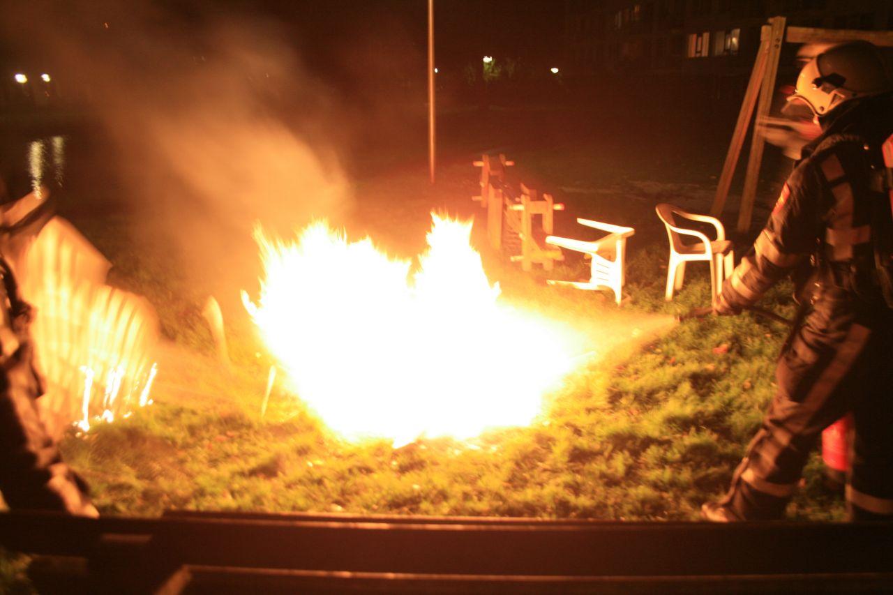 Tuinmeubilair in brand gestoken