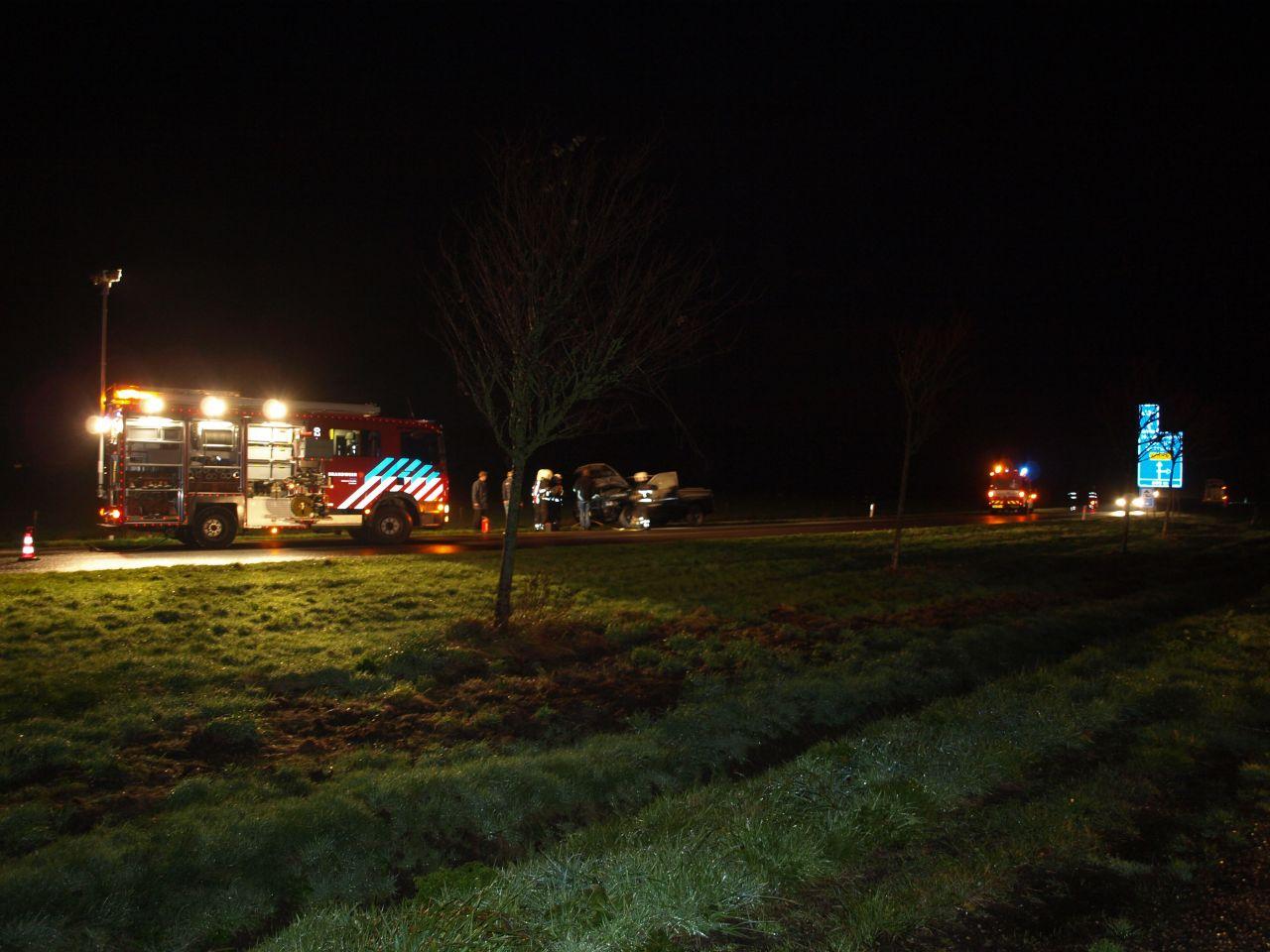Auto in brand op rijbaan